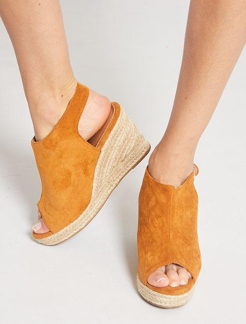 Sandalias de antelina con cuña                             MARRON