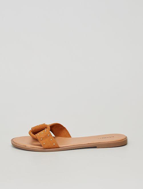 Sandalias de antelina con tachuelas.                                         MARRON