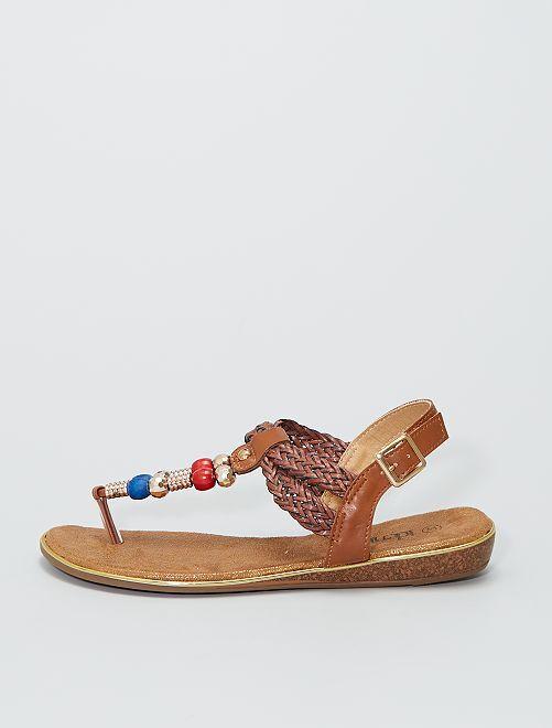 Sandalias planas con pedrería                             castaño