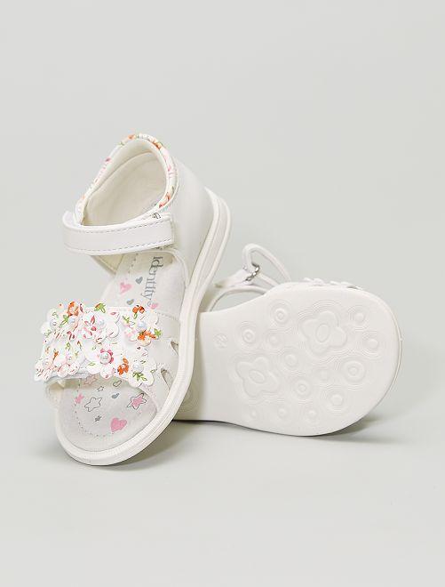 Sandalias sintéticas estampadas con flores y perlas                             blanco