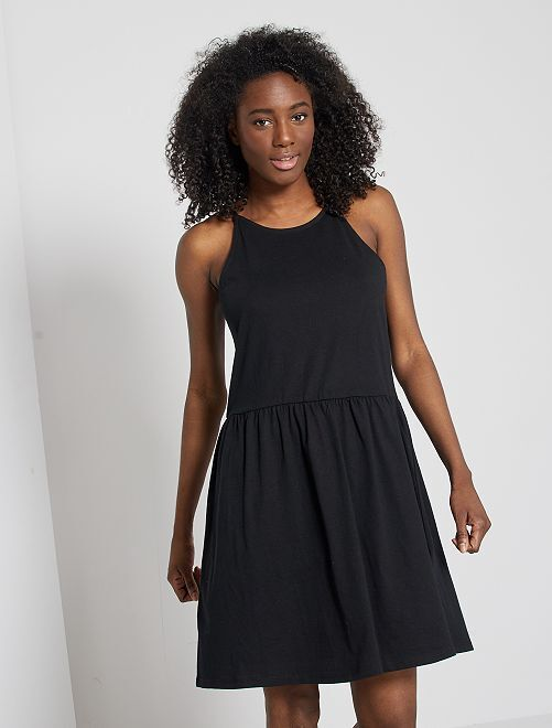 Vestido corto de tirantes finos                                                                                                     negro
