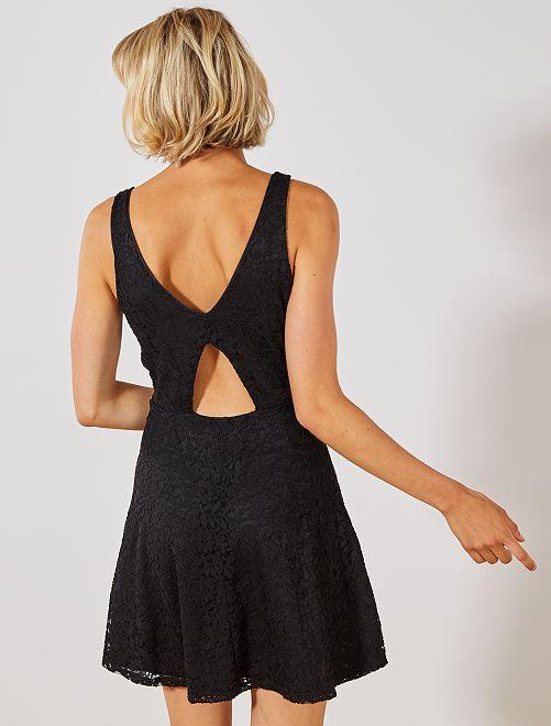 Vestido de encaje con cuello de pico                                         negro