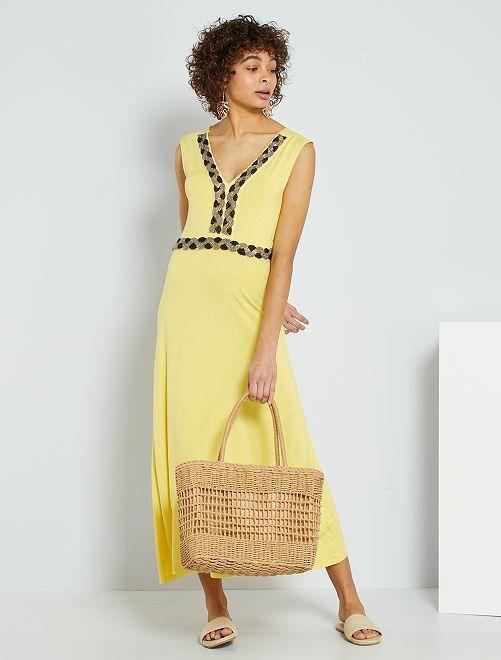 Vestido largo con pedrería bordada                                                                 amarillo