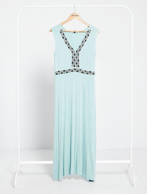 Vestido largo con pedrería bordada                                                                 verde gris
