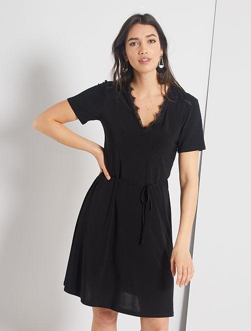 Vestido negro corto con escote de encaje                             negro