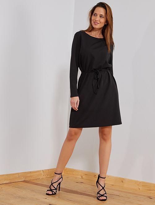 Vestido recto con escote de pico trasero                             negro