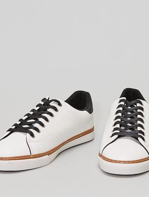 Zapatillas blancas con cordones negros                             blanco