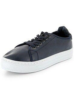 Zapatillas con plataforma y detalles brillantes