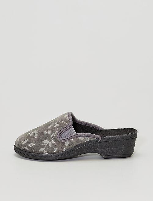 Zapatillas de casa destalonadas con tacón y estampado de 'hojas'                             gris