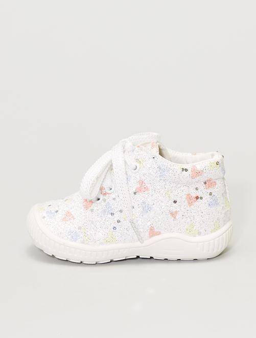 Zapatillas deportivas altas y brillantes con corazones                             blanco