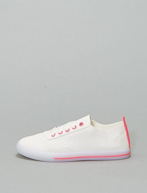 Zapatillas deportivas caladas con detalles llamativos                                         fucsia