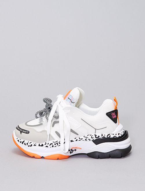 Zapatillas deportivas modernas con suela gruesa                             blanco